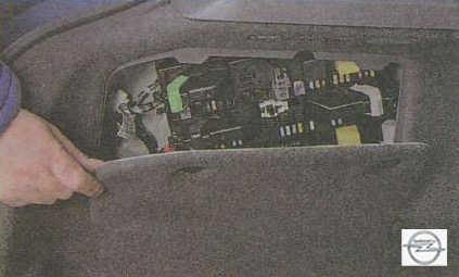 Монтажный блок предохранителей и реле в багажнике Опель Астра Н
