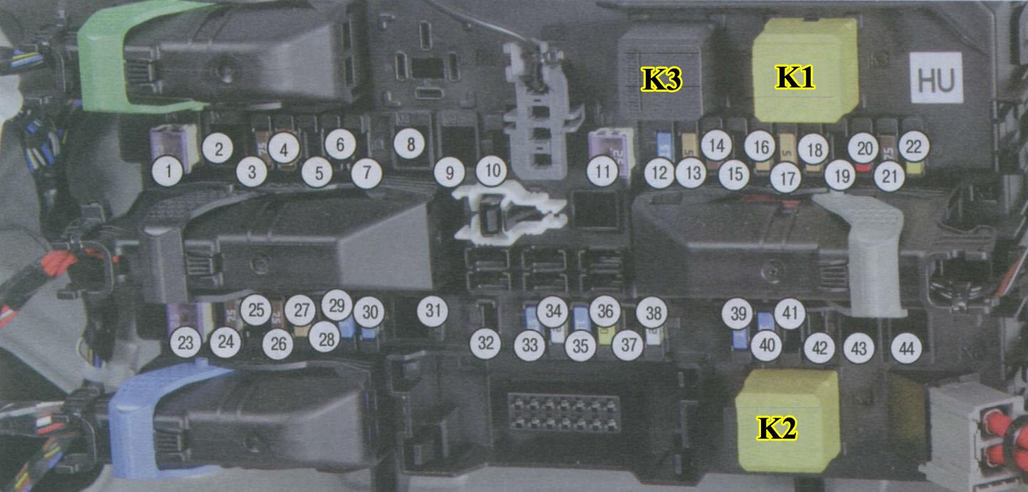 Монтажный блок предохранителей, плавких вставок и реле в багажнике Опель Астра H