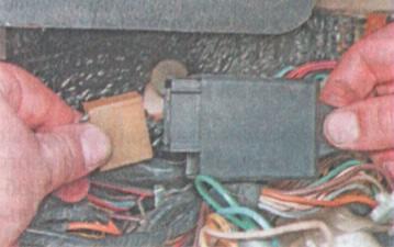 Замена реле-прерывателя указателя поворота и аварийной сигнализации ВАЗ 2106
