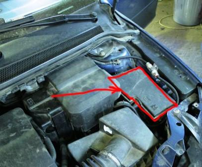 Схема расположения предохранителей и реле в монтажном блоке моторного отсека Форд Фокус 2
