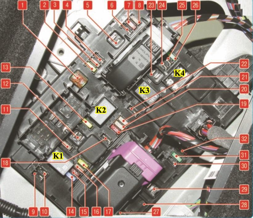 Монтажный блок предохранителей, плавких вставок и реле в багажнике Опель Астра J