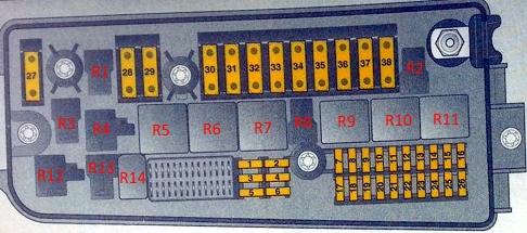 Схема блока предохранителей в моторном отсеке Opel Vectra C/Signum