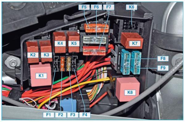 Схема блока предохранителей и реле в моторном отсеке Ниссан Альмера G15