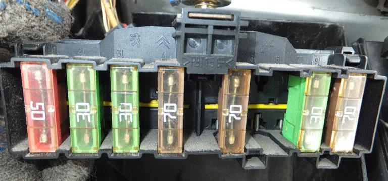 Схема силовых предохранителей в моторном отсеке Пежо 307
